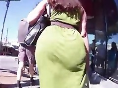 candid mommy - large bubble arse - street booty