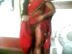 hawt indian aunty adjust her saree & show her